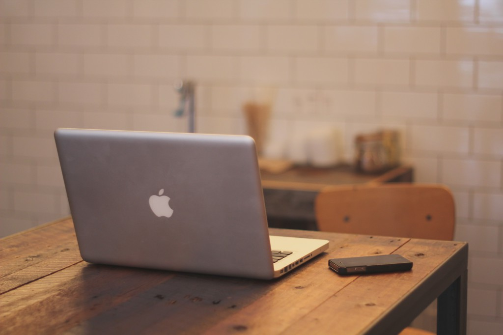 apple-iphone-desk-laptop